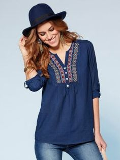 Blusa mujer manga regulable y canesú bordado New Kurti Designs, Blouse Designs, Estilo Hippie, Romantic Outfit, Blouse Patterns, Fashion Over 40, Casual Looks, Cool Outfits, Fashion Dresses