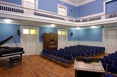 El auditorio del Instituto Internacional es un espacio único en Madrid por su arquitectura y tradición.  Consta de dos alturas y dispone de 220 butacas móviles y un piano de conciertos. Esta sala es un lugar versátil y fácilmente transformable apto para congresos, conmemoraciones académicas o conciertos de cámara. #madrid #salas #eventos