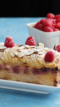 Torta de Manzanas y Frambuesas - También llamada invisible, por lo rápido que desaparece del plato 😂 - Apple Recipes, Sweet Recipes, Baking Recipes, Cake Recipes, Dessert Recipes, Delicious Desserts, Yummy Food, Tasty Videos, Bakery
