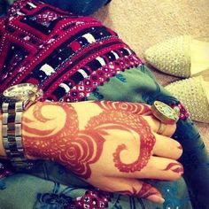 Shared by Maha. Find images and videos about ring, henna and balochi on We Heart It - the app to get lost in what you love. Pakistani Henna Designs, Arabic Henna Designs, Mehndi Designs For Hands, Henna Mehndi, Henna Art, Hand Henna, Mehendi, Balochi Girls, Girls Dpz