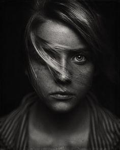 """""""Os olhos são as janelas da alma"""". Esta frase reflete perfeitamente o que sentimos quando nosso olhar mergulha em outro.O fotógrafo francêsRehahn Croquevielleé um dos profissionais mais hábeis quando se trata em capturar a emoção desses momentos. As imagens deRehahn dispensam palavras."""
