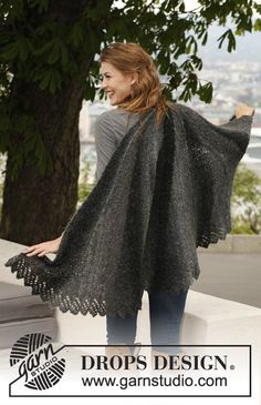 """Knitted DROPS shawl with short rows in """"Verdi""""."""