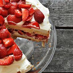 French sponge cake with fruits and cream (Génoise aux Fruits) (with translator) Great Desserts, Sponge Cake, Something Sweet, Let Them Eat Cake, Yummy Cakes, Food Styling, Sweet Treats, Cheesecake, Favorite Recipes
