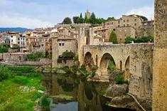 """El pueblo que es un arca medieval en Girona (o una """"fortaleza"""" entre dos ríos, Besalú)"""
