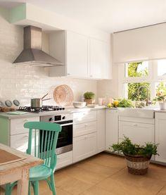 """¿Pequeña y alargada?. Si así es tu cocina, la mejor manera de sacarle partido es distribuyendo sus muebles en """"L"""". En el link de la bio te damos ejemplos para que veas que práctica, cómoda y bonita puede quedar  #elmueble #cocinas #cocinaelmueble #decoracion #decoration #kitchen #distribucion #interiorismo"""