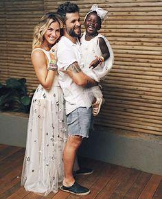 Giovanna e Bruno posaram com a pequena Titi em celebração do réveillon