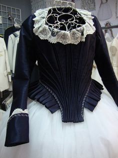 corpiños fallera - Buscar con Google Historical Costume, Historical Clothing, Victoria Fashion, Kids Gown, Fantasy Dress, Traditional Outfits, American, Marie Antoinette, Doll Clothes