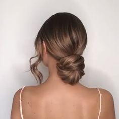 Easy and chic low bun hair tutorial on long blond hair. Get inspired with am. - Easy and chic low bun hair tutorial on long blond hair. Get inspired with amazing bridal hairst - Short Hair Styles Easy, Medium Hair Styles, Curly Hair Styles, Hair Simple Styles, Simple Hair Updos, Easy Hairstyles For Long Hair, Braided Hairstyles, Hairstyle Ideas, Updo Hairstyles For Prom