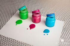 Bonjour les Mamans ! Aujourd'hui je vous apprend comment faire de la peinture maison comestible / non toxique avec votre enfant ! un TUTO / DIY facile qui présente une recette de peinture totalement adaptable aux bébés et se conserve plusieurs mois. Je vous conseille de ne pas hésiter à mettre pas mal de colorants alimentaires afin que les couleurs soient bien vives ! Pour une recette de peinture maison totalement naturelle, vous pouvez acheter l'intégralité des ingrédients dont les...