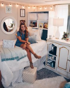 Best dorm color schemes for your freshman dorm room. Must-copy ideas for your college dorm room color schemes. See for 2019 college dorm! Dorm Color Schemes, Dorm Colors, Dorm Room Designs, Cute Dorm Rooms, Preppy Dorm Room, Dorm Room Themes, Bedroom Themes, Girl Dorm Rooms, Diy Dorm Room