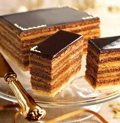 Milhojas frío de bizcocho, trufa y café. Milhojas frío de bizcocho, trufa y café. Layered Desserts, Elegant Desserts, Fancy Desserts, Delicious Desserts, Pastry Recipes, Dessert Recipes, Saffron Cake, Opera Cake, Cake Decorating Frosting