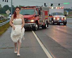 Vestida de noiva, a paramédica Sarah Ray ajudou no resgate de parentes acidentados no dia de seu casamento (Foto: Reprodução/Facebook/Montgomery County)