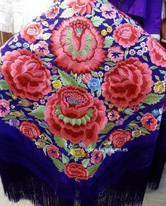 MANTÓN DE MANILA. Morado bordado en colores, 145x145 cm más el fleco.