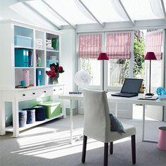 Oficina en casa 3 ventanas muebles claros con utilería de color