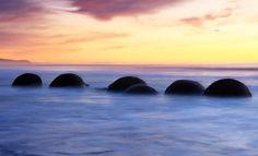 Pedras esféricas em Nova Zelândia: exumadas do argilito que as cercam na erosão costeira.   30 fenômenos naturais que você não vai acreditar que realmente existem