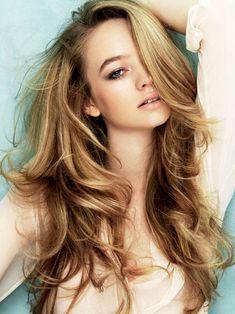 Pour ceux qui veulent avoir des cheveux couleur miel ou blond voici une astuce de choix : Mélangez 2 jaunes d'oeuf, 1 cuillère a soupe d'huile d'olive, 1 cuillère à soupe d'oxydant et 1 cuillère à soupe de shampoing. Appliquez directement sur les cheveux. La couleur commence à apparaître après 2 heures de pause ( j'ai l'habitude de passer la nuit avec et ça donne une très belle couleur), résultat garanti!