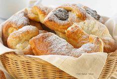 Hozzávalók: 5 dl tej, 5 dkg élesztő, 1 kg finomliszt (a fele teljes őrlésű liszt, azaz Graham-liszt is lehet), 1 kiskanál só, 2 púpozott evőkanál porcukor, 50 dkg vaj, 2 tojássárgája a tészta nyújtásához: finomliszt a tepsi kikenéséhez: 2 dkg ... Vaj, Pretzel Bites, Bread, Food, Brot, Essen, Baking, Meals, Breads