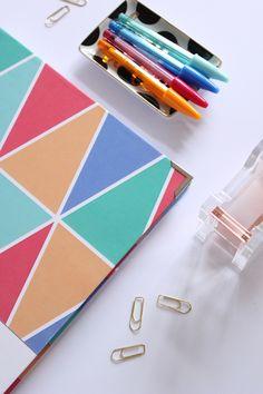 Unsere Agenda ist nicht einfach ein Unterrichtsplaner – vielmehr dein ganz persönlicher Alltagsassistent, der sich widerstandslos in deine Tasche verstauen lässt. Design-Fans aufgepasst! Diese far...