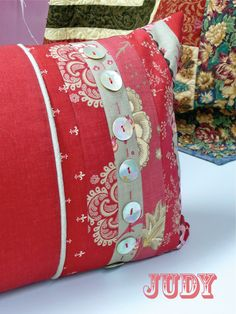 Bloom: 'Aster Manor' pillow workshop - Lots of inspiration for YOUR pillow from the workshop!  (free pattern here: http://www.modabakeshop.com/2010/02/aster-manor-pillow.html)