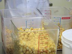 On fabrique et on mange du popcorn!