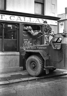 A soldier clambers through the fanlight of a corner shop in the Markets area of . Northern Ireland Troubles, Belfast Northern Ireland, Military Art, Military History, Military Weapons, Jeep Jk, Belfast Murals, Irish Republican Army, Social View