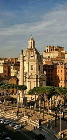 Plaza de la iglesia del foro Trajano y columna Roma Italia.