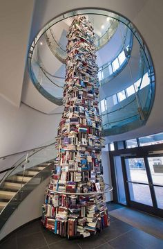 Una torre fatta interamente di libri troneggia nella hall del Center for Education and Leadership del Ford's Theatre, a Washighton DC.