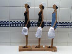 **Die Saunatruppe einmal in groß!!!!** - eine nicht zu übersehende Dekoration!!!!! H: ca. 55cm  Knuffige Figuren in Holz, mit Liebe zum Detail!  Ob blau, schwarz, grau, rot oder ........ immer...