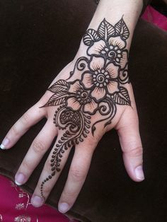 You've got an ocean of henna designs before you, and you can grab your most favorite one. Though it is a small body part, a henna on it looks simple yet elegant. Among all wrist tattoos, henna flower are believed to be the most well-known ones. Latest Henna Designs, Henna Designs Easy, Beautiful Henna Designs, Mehndi Designs For Hands, Easy Henna, Beautiful Mehndi, Simple Henna Flower, Simple Hand Henna, Henna Flowers