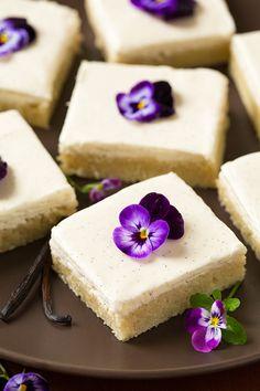 Vanilla Bean Sugar Cookie Bars with Vanilla Bean Frosting - Cooking Classy Sugar Cookie Bars, Sugar Cookie Frosting, Just Desserts, Delicious Desserts, Desserts Diy, Yummy Food, Brownies, Yummy Treats, Sweet Treats