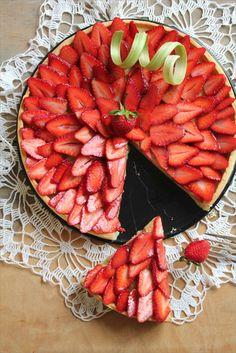 Tarte à la rhubarbe, amande, et fraises {& Pâte brisée} recette de Pierre Hermé