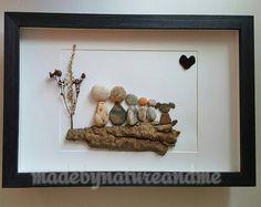 Familia arte de cinco con un perro de piedra, playa de piedra familiar arte, regalo familiar roca, regalo de inauguración de la casa familiar, regalo familiar personalizado,