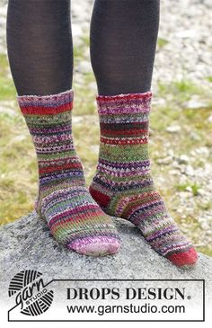 Strikkede sokker med flerfarget striper. Størrelse 35 - 43. Arbeidet er strikket i DROPS Fabel