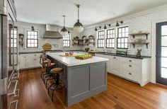 One of the most comfortable ideas is a farmhouse kitchen style. Farmhouse style kitchen can not be denied can provide comfort and warmth, because the farmhouse is already known as a style of a house full of harmony. Kitchen Cabinets Decor, Farmhouse Kitchen Cabinets, Modern Farmhouse Kitchens, Kitchen Flooring, Home Kitchens, Primitive Kitchen, Urban Farmhouse, Laminate Flooring, Kitchen Countertops