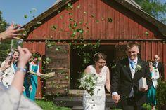kasta björk löv istället för ris, organic birch leaf confetti Julia Lillqvist | Ninni and Einar | Kimito bröllopsfotograf | http://julialillqvist.com