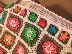 PKJewelry's Peanut's flower garden. For the big squares she used the free Simple 10-Petal Afghan Square pattern by Joyce Lewis. Pattern for the smaller squares in the notes.