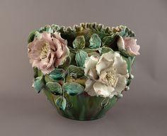 Cache-pot en barbotine verte à fleurs 1900