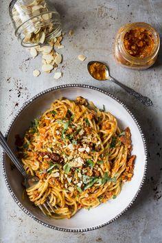 Spaghettis au pesto de tomates séchées et poivrons rôtis - K pour Katrine Yummy Pasta Recipes, Vegan Recipes, Mozzarella, Confort Food, Pasta Al Dente, Pasta Noodles, Greens Recipe, How To Cook Pasta, Italian Recipes