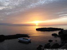 Se ti alzi all'alba, porti con te cavalletto e macchina fotografica, puoi respirare una fresca aria di mare e godere di uno spettacolo naturale.  Questo è ciò che si vede dalla Porta Vecchia