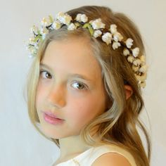 Coronas y diademas de flores para niñas Shell Crowns, Statement Jewelry, Flower Crown, Hair Band, Fabric Flowers, Headbands, Amanda, Face, Wedding