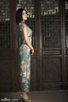 Qipao (Cheongsam) is a female dress with distinctive Chinese features and enjoys a growing popularity in the international world of high fashion. It is said that Qipao is the earliest fashion for women in Shanghai. Chinese Traditional Costume, Traditional Dresses, Oriental Fashion, Asian Fashion, Chinese Gown, Chinese Dresses, Cheongsam Dress, Poses, Beautiful Asian Women