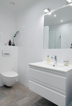 Minimal white bathroom | Spring Cure Alvhem | Bungalow5.dk