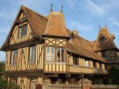Beuvron en Auge e le sue case a graticcio. Region Normandie, Beaux Villages, Calvados, Trees To Plant, Architecture, Cabin, House Styles, World, Normandy France