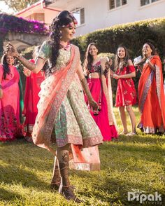 Flaunt your look with the newest trend in town, short length lehengas for your Mehndi ceremony. Trending Short lehenga designs you must check out. Sangeet Outfit, Mehndi Outfit, Mehndi Dress, Green Lehenga, Lehenga Skirt, Floral Lehenga, Lehenga Choli, Saree, Ladies Sangeet