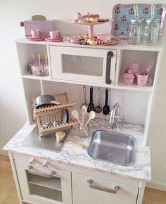 Ça y est, j'ai réussi à dégoter la cuisine pour enfant DUKTIG Ikea. J'en ai cherché pas mal en bois dans les magasins de jouet, sur internet mais comme toujours la qualité se paye chère. Merci à Pauline, qui m'a gentillement cedé sa cuisine tant aimé (c'est toujours dur pour un enfant de donner ses …