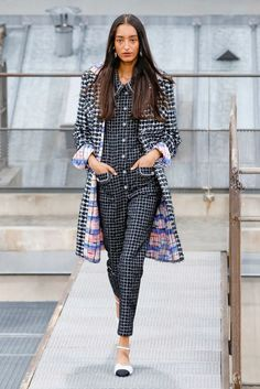 Chanel Spring 2020 Ready-to-Wear Fashion Show Chanel Spring 2020 Ready-to-Wear Collection - Vogue Ch Fashion Week Paris, Fashion 2020, Runway Fashion, High Fashion, Fashion Check, Chanel Fashion, Spring Fashion, Winter Fashion, Moda Chic