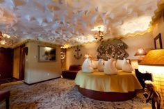 Coconut cream pie room at The Roxbury Motel, New York. They have the coolest looking rooms!