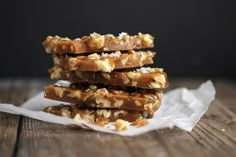 A delicious Salted Maple and Toasted Walnut brittle recipe with no corn syrup. Made with real maple syrup, toasted walnuts and a sprinkling of sea salt. Almond Brittle, Brittle Recipes, Peanut Brittle, Candy Recipes, Dessert Recipes, Desserts, Sweet Recipes, Lemon Curd Pavlova, Sweets
