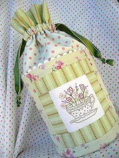 Blogged at Bloom. Favor Bags, Gift Bags, Drawstring Bag Pattern, Drawstring Bags, Diy Handbag, Handmade Purses, Wallet Pattern, Beautiful Handbags, Beaded Purses