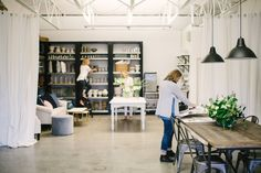 Photography: Whitney Krutzfeldt Photography - wckphotography.com   Read More on SMP: http://www.stylemepretty.com/living/2017/03/22/this-studio-is-an-entertainers-dream-space/